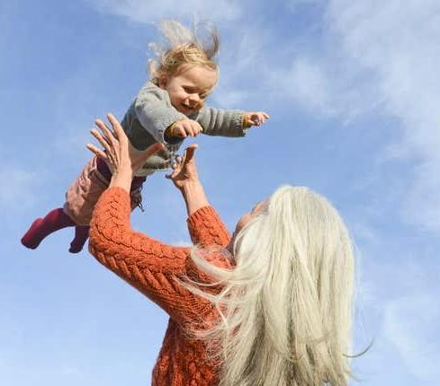 После наступившей менопаузы женщина, тем не менее, способна забеременеть и родить. Как?
